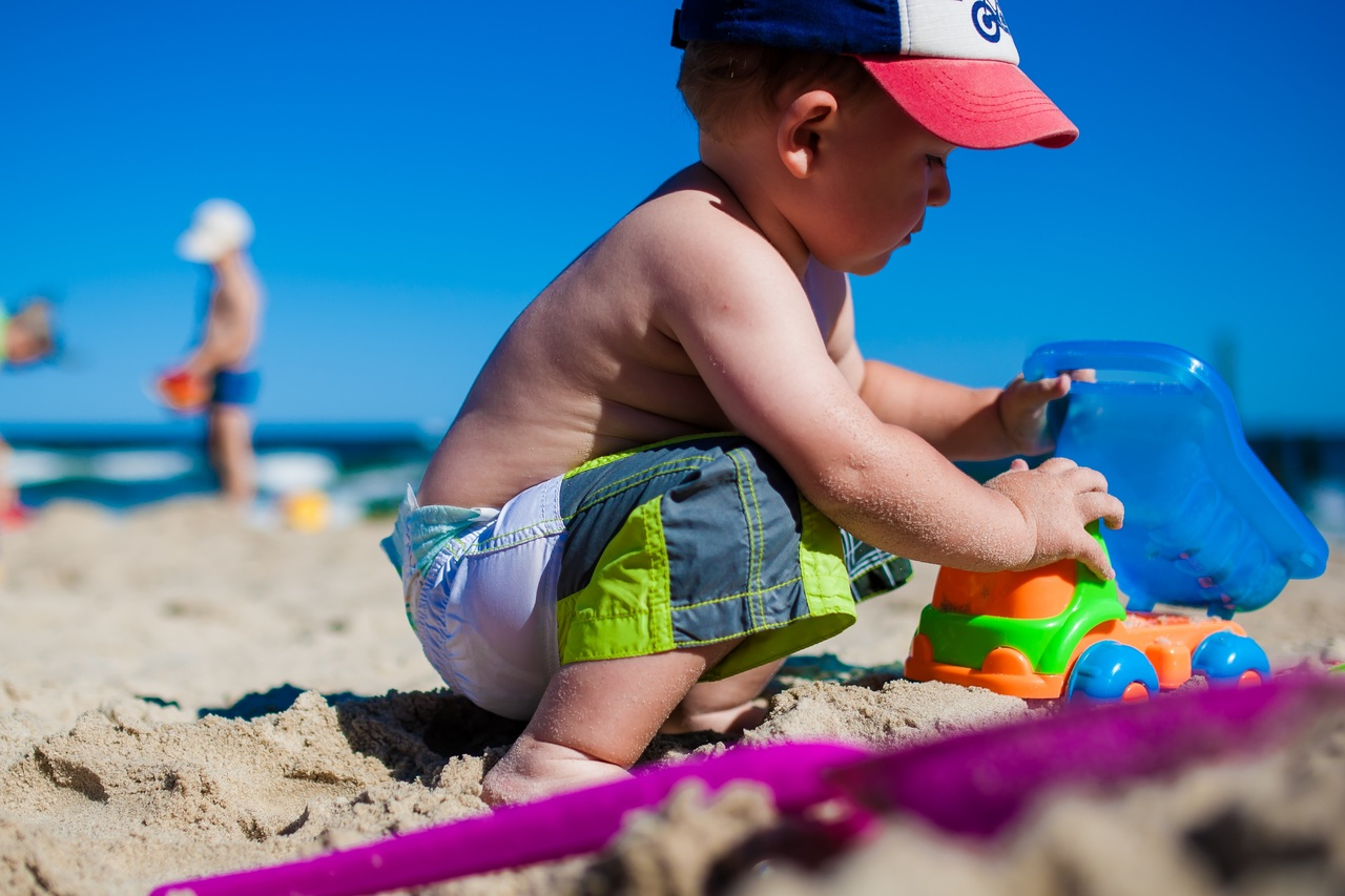 El sol y los baños en el mar son buenos para la piel atópica en niños