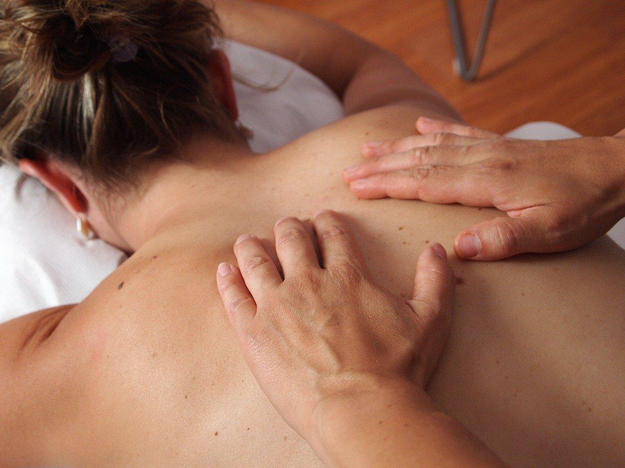 Recurrir a masajes y envolturas