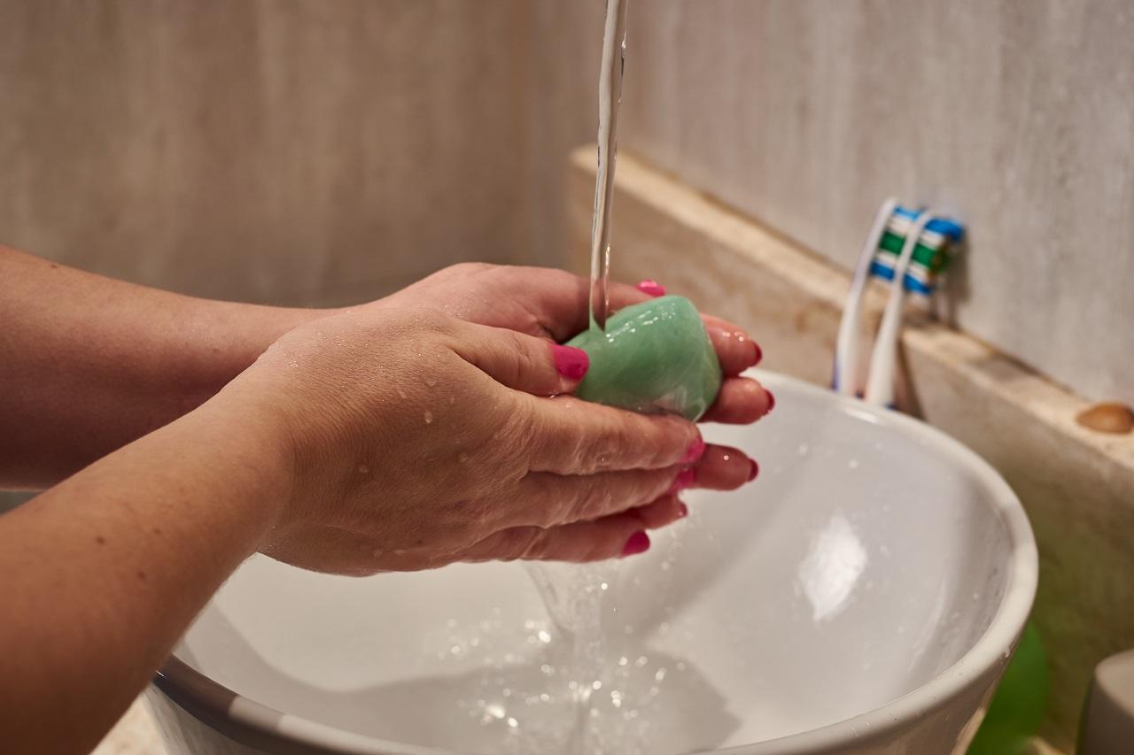 Lavar con agua, jabón y desinfectante de manos