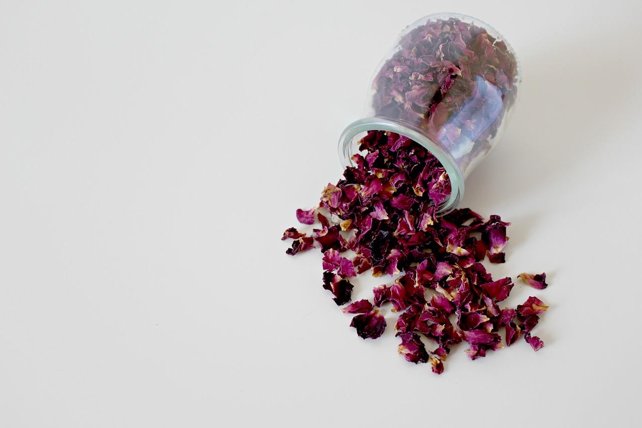 Elaboración de agua de rosas artesanal para limpiar la piel