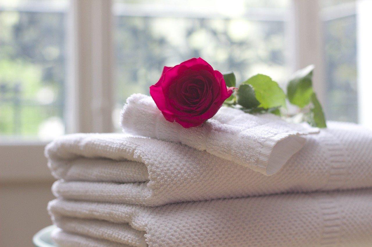 Restregar una toalla en tu cara para secarla