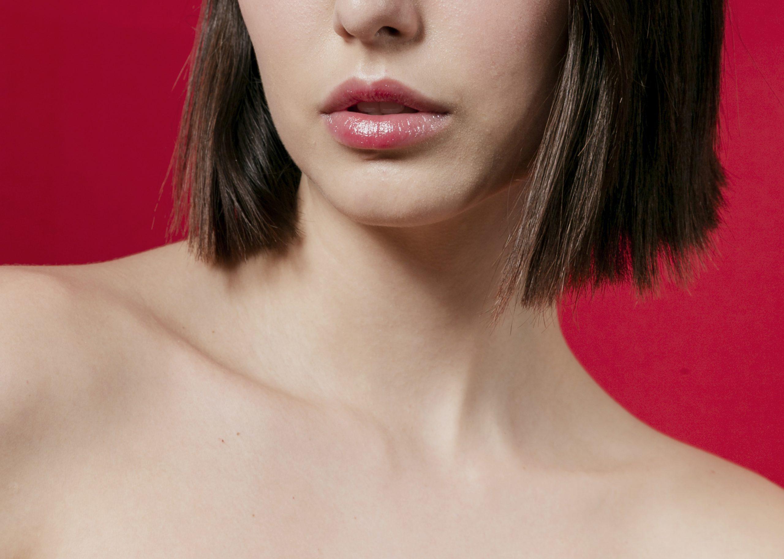 A qué se debe la formación de arrugas en el escote